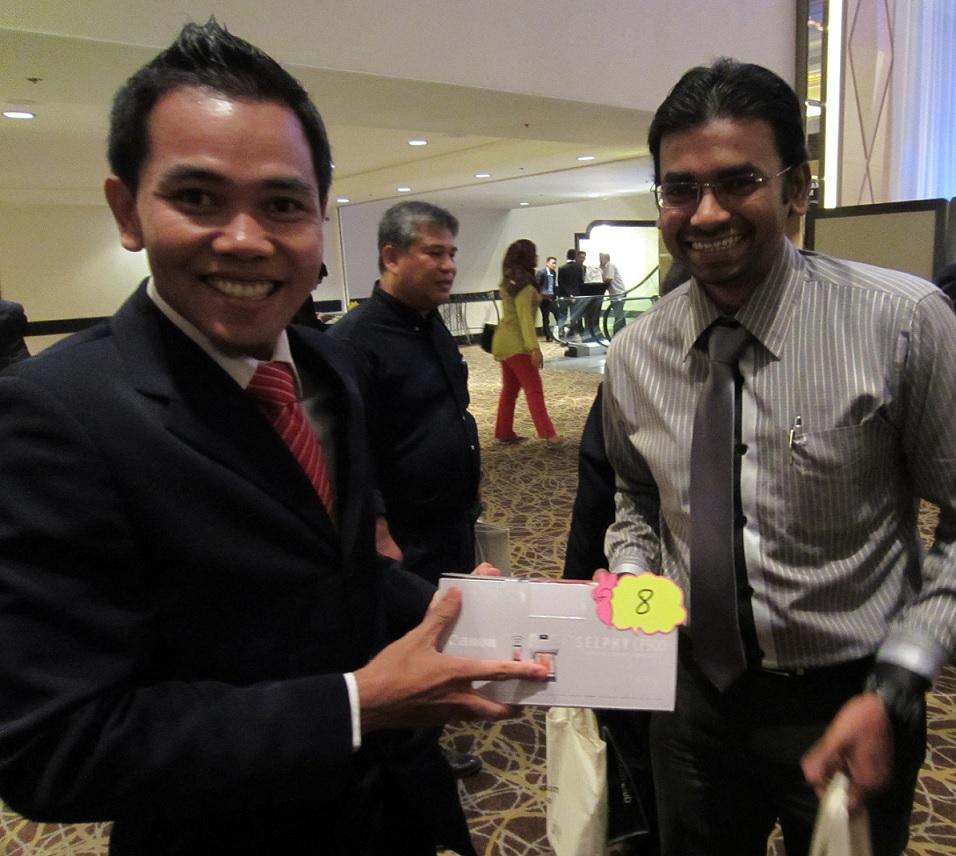 Wajah ceria Encik Anwar Yunus (Kuwait Finance House) yang membawa pulang salah satu pencetak gambar tanpa wayar mudah alih CANON SELPHY CP 900 juga tajaan CANON Marketing (M) Sdn Bhd.