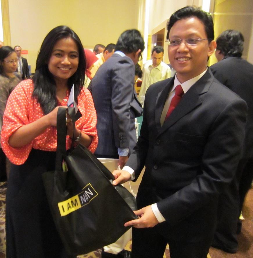 Cik Syuhada Suhaimi daripada Glomac Berhad membawa pulang kamera NIKON COOLPIX S100.Hadiah tajaan daripada NIKON (M) Sdn Bhd.