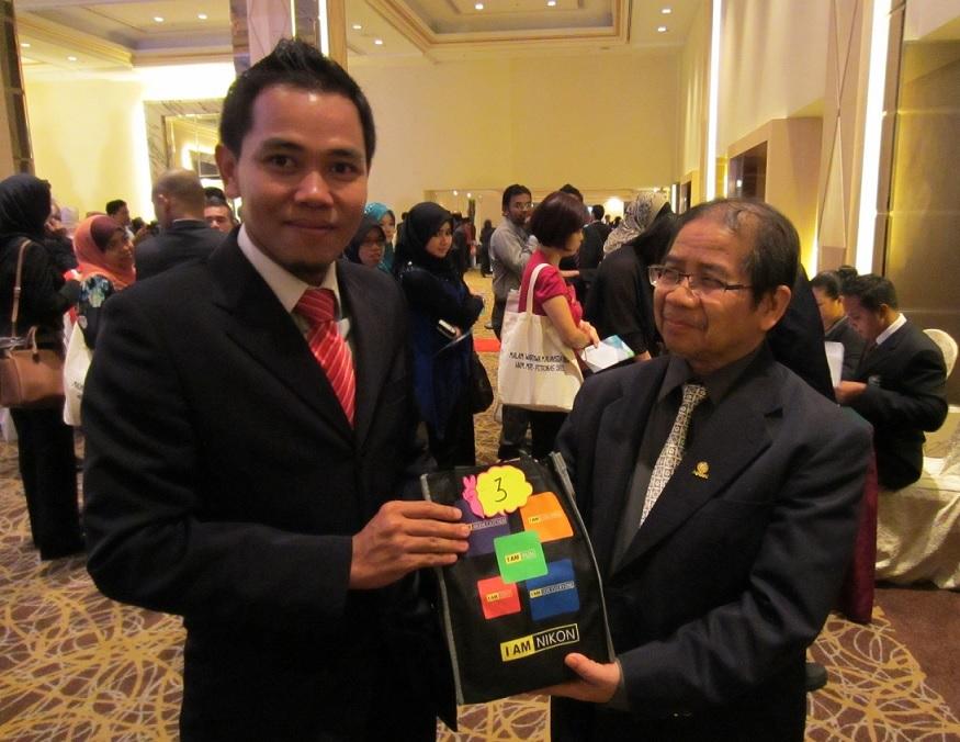 Kamera NIKON COOLPIX S3500 tajaan Suria KLCC Sdn Bhd milik Datuk Dr. Awang Sariyan daripada Dewan Bahasa dan Pustaka.