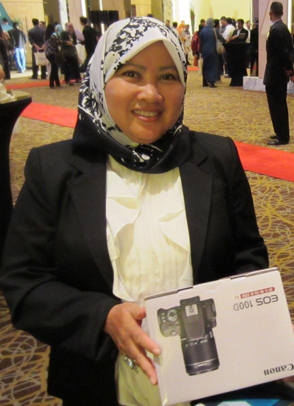 Pemenang Kamera kompak CANON EOS 100D bernilai RM 2699.00 tajaan CANON dimenangi oleh Puan Izan Hussain daripada Felda Global Ventures Sdn Bhd. Kelebihan kamera ini, kantanya boleh ditukar ganti mengikut keprluan tugasan.