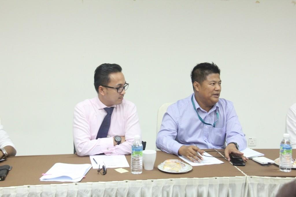 Auliya Rashid dan Zahari Hamzah (PETRONAS) turut hadir membincangkan jenis persembahan yang akan ditampilkan pada Malam Wartawan Malaysia 2016. PETRONAS menaja persembahan dengan membawa tarian zapin dari Johor.
