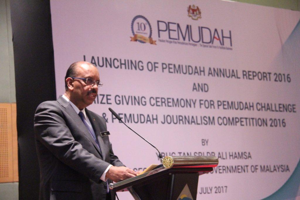 1. Tan Sri Dr. Ali Hamsa menyampaikan ucapan sebelum melancarkan Laporan Tahunan PEMUDAH 2016 dan majlis penyampaian hadiah kepada para pemenang.