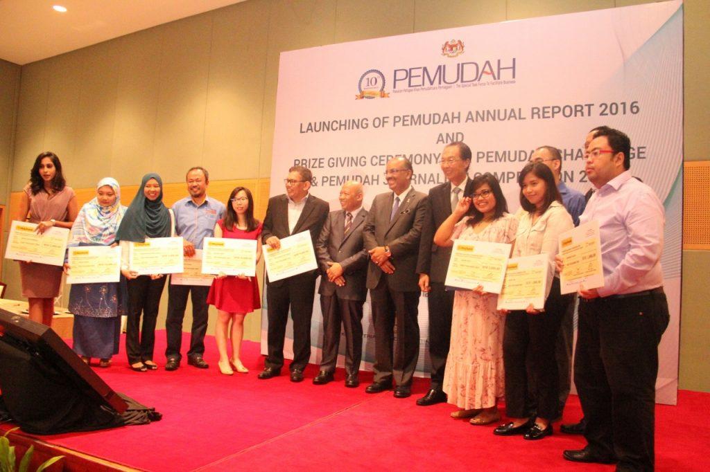 3.Tan Sri Dr. Ali Hamsa (tengah) bergambar kenangan bersama para pemenang PEMUDAH Journalist Competition 2016. Turut kelihatan, Ketua Pegawai Eksekutif MPI Datuk Dr. Chamil Wariya dan Pengerusi Bersama PEMUDAH, Tan Sri Saw Choo Boon.
