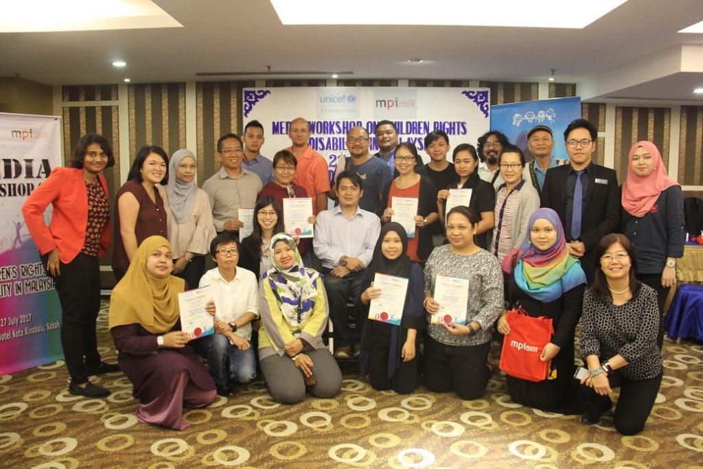 5. Sebahagian para peserta bergambar kumpulan bersama sijil masing-masing diakhir bengkel tersebut.