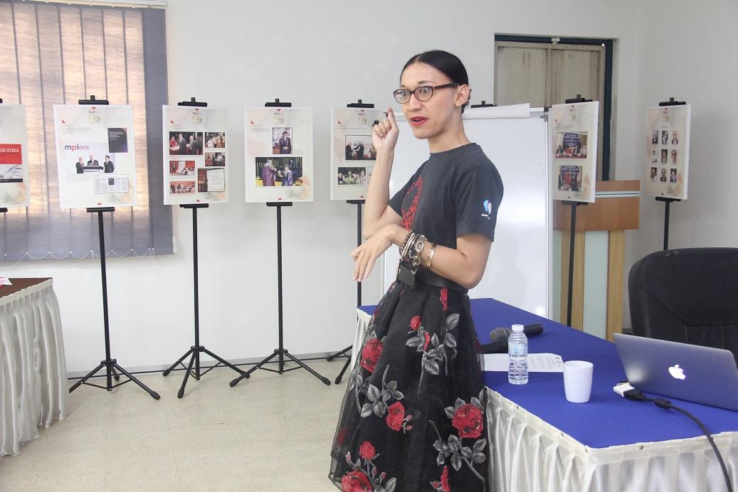 1. Dr Zaki Arzmi, Pengurus Media & Komunikasi, Malaysian Aids Council memberi pengenalan tentang MAC dan glosari penggunaan istitilah-istilah berkaitan dengan HIV & AIDS.