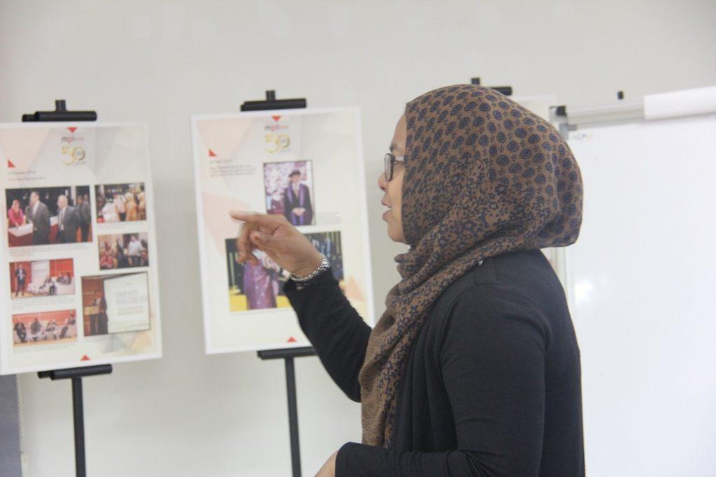 """2. Penceramah yang bercakap tentang """"Ethics in HIV & AIDS Journalism"""" dari Berita Harian, Puan Salina binti Abdullah, Pengarang Berita, Online."""
