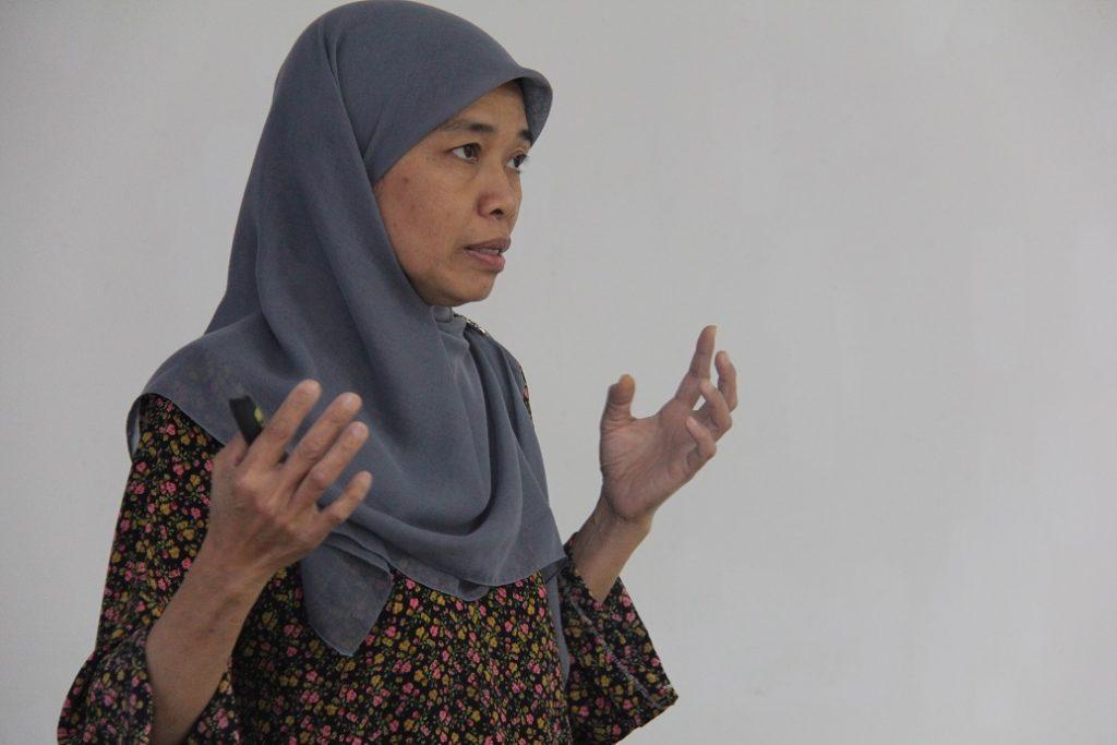 3. Dr Narul Aida Salleh, Pakar Perubatan Keluarga, Jabatan Kesihatan Wilayah Persekutuan Kuala Lumpur & Putrajaya menerangkan bagaimana cara untuk mencegah, merawat dan inisiatif perubatan yang digunakan bagi penyakit HIV.
