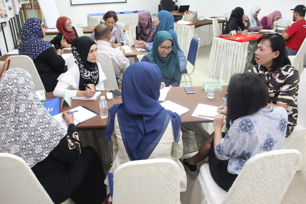 5. Para peserta sedang menyiapkan tugasan kumpulan masing-masing sambil menemuramah Orang yang hidup dengan HIV (OHDA)