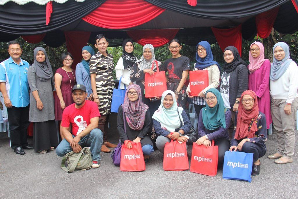 6. Para peserta bergambar kenangan bersama wakil Majlis Aids Malaysia, Majlis Council Malaysia dan wakil Malaysian Press Institute diakhir bengkel.