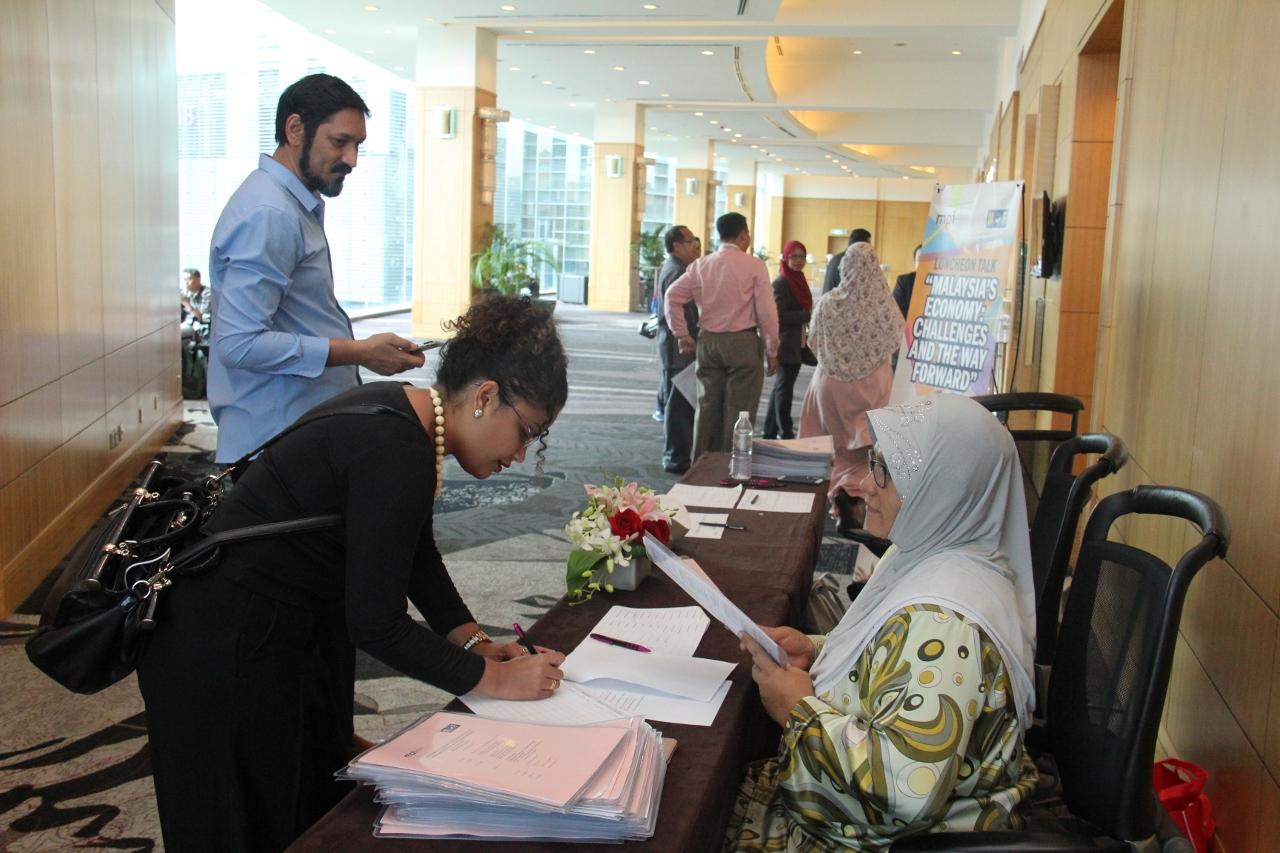 Pendaftaran – Antara wartawan yang hadir membuat liputan mendaftar sebelum majlis bermula .