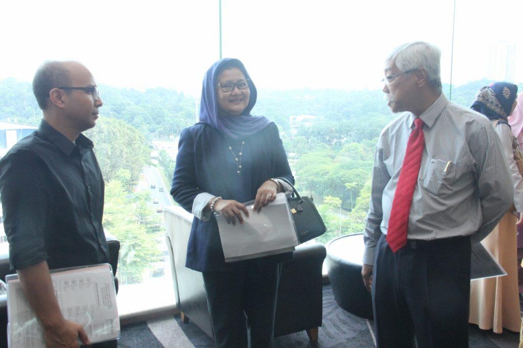 Datuk Abdul Jalil Ali, Penasihat Eksekutif Editorial Grup SINAR (paling kanan) berbual mesra dengan Profesor Dr. Azizah Hamzah dan Dr. Azalanshah Md Syed dari Universiti Malaya sebelum majlis bermula.