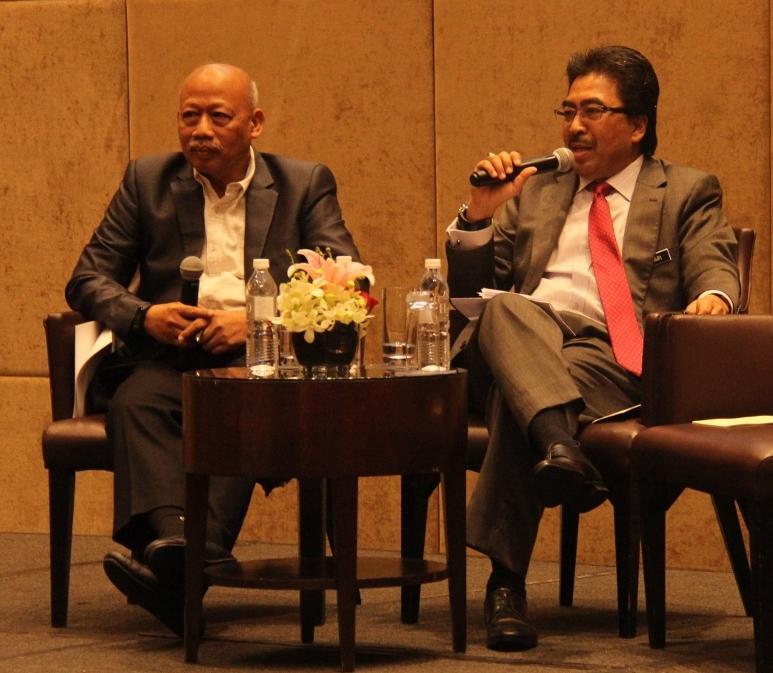 Datuk Dr. Chamil Wariya, Ketua Pegawai Eksekutif MPI (kiri) bertindak selaku moderator ketika sesi ceramah dan soal-jawab bersama hadirin.