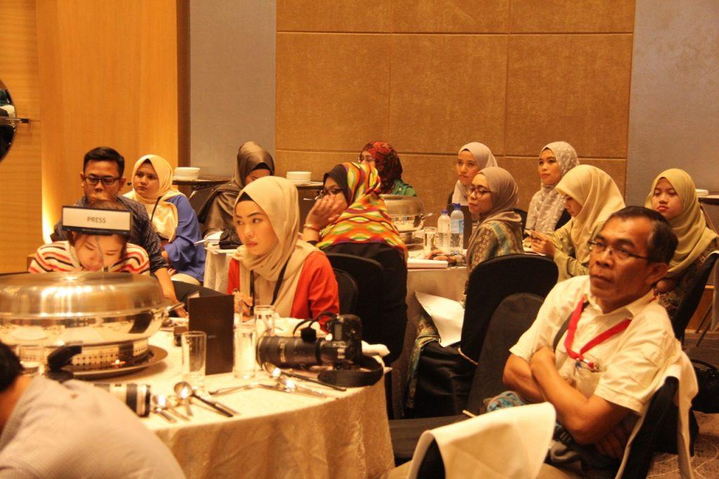 """Di meja """"PRESS"""" ialah kumpulan wartawan yang hadir membuat liputan dan di belakang mereka adalah kumpulan pelajar Doktor Falsafah dari Universiti Putra Malaysia dan Universiti Malaya."""