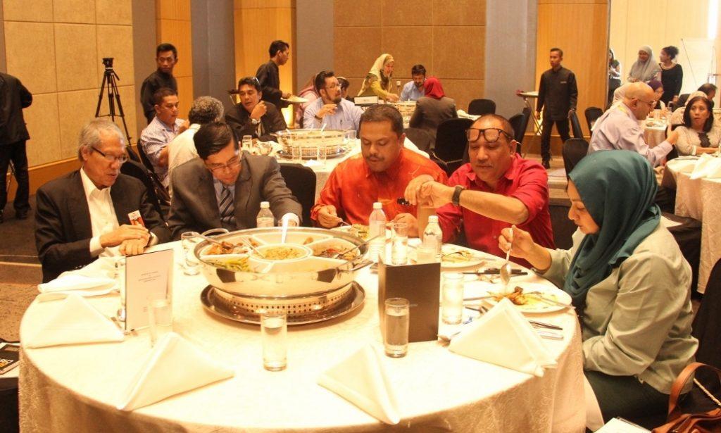 Dari Universiti HELP diwakili oleh Dr. Khairuddin Othman (paling kiri); dari Institute of Journalism Studies, UiTM diwakili oleh En. Amirul Akhbar (dua dari kiri) dan En. Ahmad Farami (tiga dari kiri); dan dari Universiti Selangor (UNISEL) diwakili oleh E