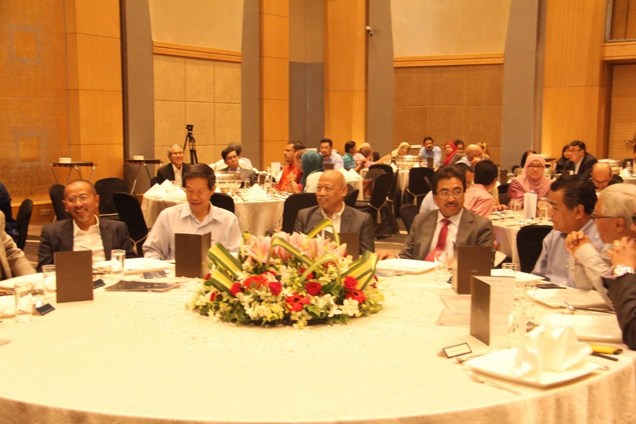 Datuk Seri Johari Abdul Ghani dan Datuk Dr. Chamil Wariya menyertai peneraju editorial menjamu selera di meja utama. Dari kiri - En. Muzli Mohamad Zin, Editor Eksekutif Berita, New Straits Times dan En Foo Tick Fat, Pengarang Bersekutu, Nanyang Siang Pau.