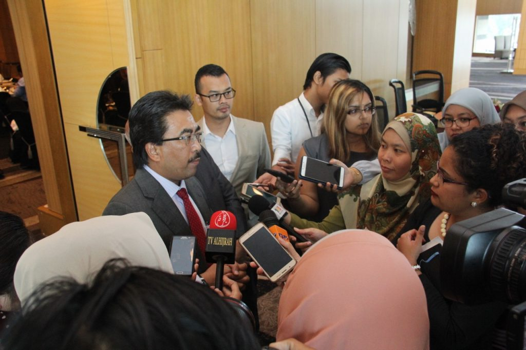 Datuk Seri Johari Abdul Ghani meluangkan masa melayan pertanyaan para wartawan liputan ketika dikerumuni mereka sebelum majlis bersurai.