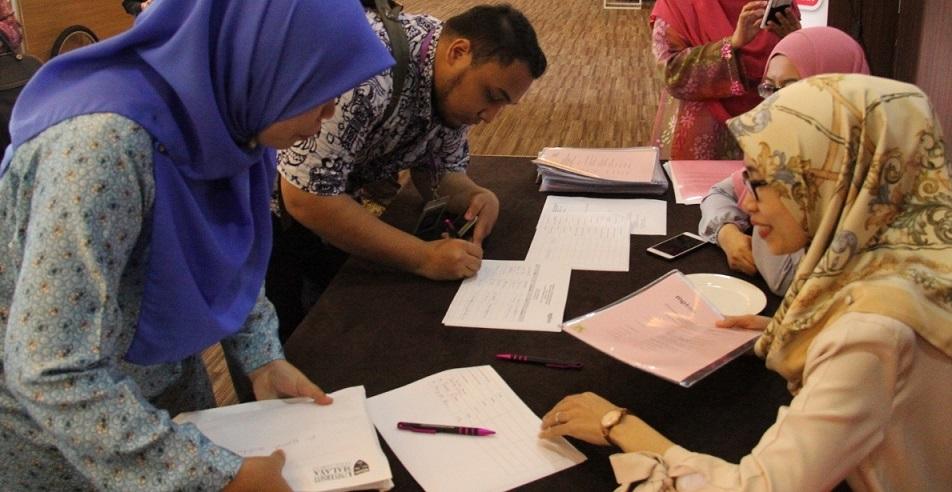 Pendaftaran – Antara editor dan wartawan yang hadir mendaftar sebelum majlis bermula.