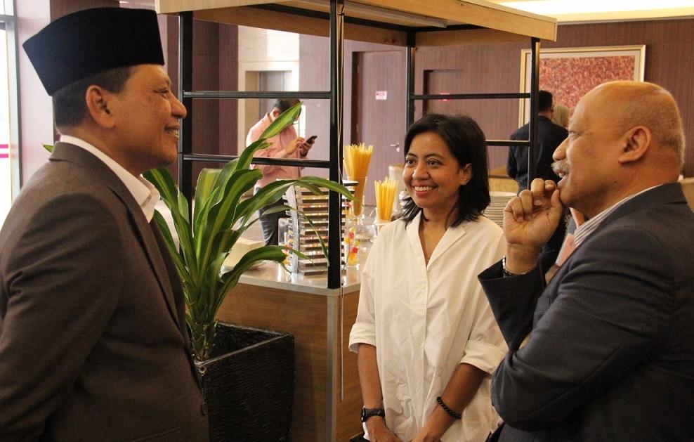 Datuk Haji Izelan Basar (bersongkok), Ketua Pegawai Eksekutif Alhijrah, Dr. Nik Norma Nik Hasan, Pensyarah USM berbual dengan Datuk Dr. Chamil Wariya, Ketua Pegawai Eksekutif MPI sebelum majlis bermula.