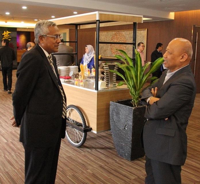 Dato' Idris Kechot, Timbalan Presiden & Ketua Pegawai Operasi Kumpulan, Pengurusan Aset PNB (kiri) dan Datuk Dr. Chamil Wariya