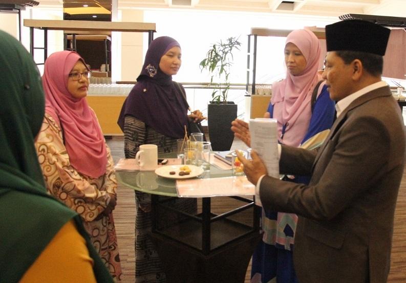 Dr. Sofia Hayati (berkaca mata) dan rombongannya dari USIM mendengar penuh minat penerangan Datuk Haji Izelan Basar.
