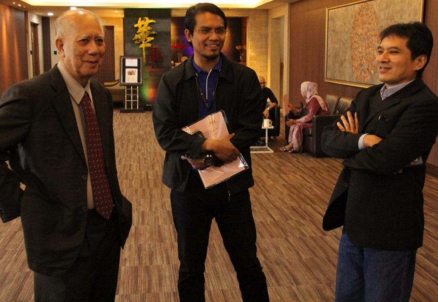 Prof. Datuk Dr. Syed Arabi Idid (UIA) dan Dr. Shahrul Nazmi (UKM) berbual santai dengan En. Nasharudin Tajuddin, Ketua Berita TV3.