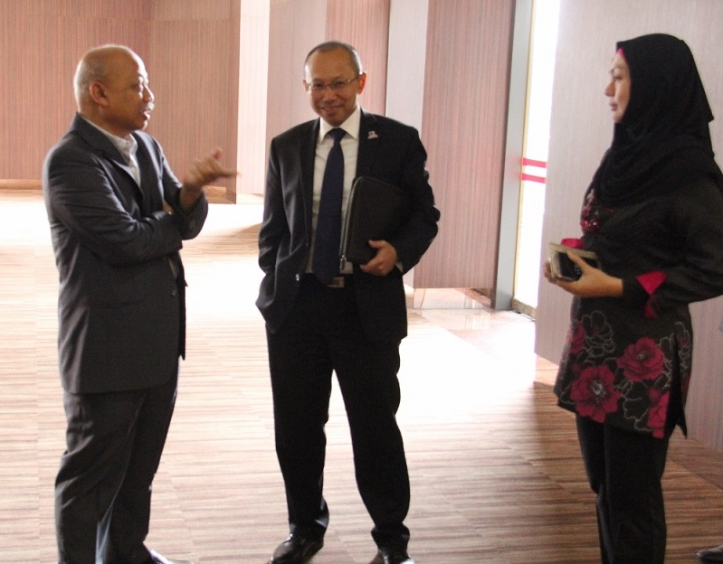 Tan Sri Abdul Wahid Omar (tengah) berbincang sesuatu dengan Datuk Dr. Chamil dan Puan Aimi Aziz, Naib Presiden Jabatan Komunikasi PNB sebelum menyampaikan ceramahnya.