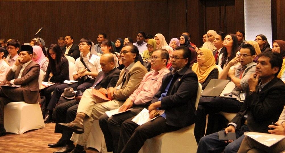 Para hadirin memberikan tumpuan kerana program telah pun bermula.