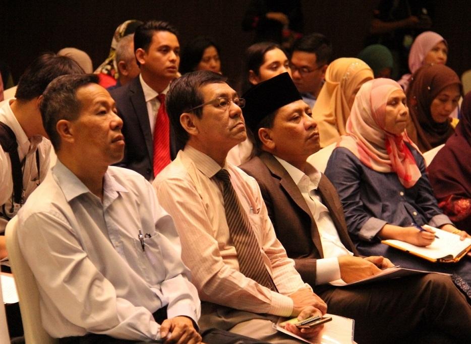 Dari kiri : En. Foo Tick Fatt (Nanyang Siang Pau), En. Puah You Lai (Oriental Daily). Datuk Haji Izelan Basar (Alhijrah) dan Dr. Hamisah Zaharah (UPM) sedang fokus mendengar ceramah yang disampaikan.
