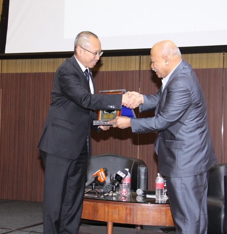 Datuk Dr. Chamil Wariya, Ketua Pegawai Eksekutif MPI menyampaikan cenderahati kepada Tan Sri Abdul Wahid Omar, Pengerusi PNB sebagai tanda penghargaan.