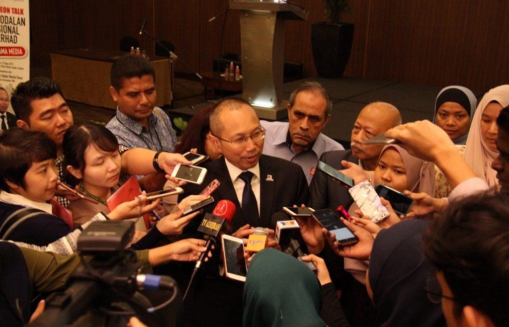 Tan Sri Abdul Wahid Omar dikerumuni wartawan liputan sebaik selesai grup foto.