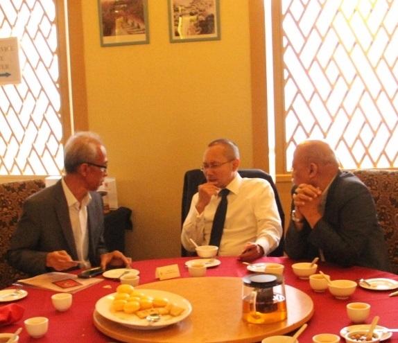 Tan Sri Abdul Wahid Omar masih meluangkan masa berbual dengan Datuk Dr. Chamil Wariya dan Prof. Dr. Azmuddin Ibrahim walaupun makan tengahari telah selesai.