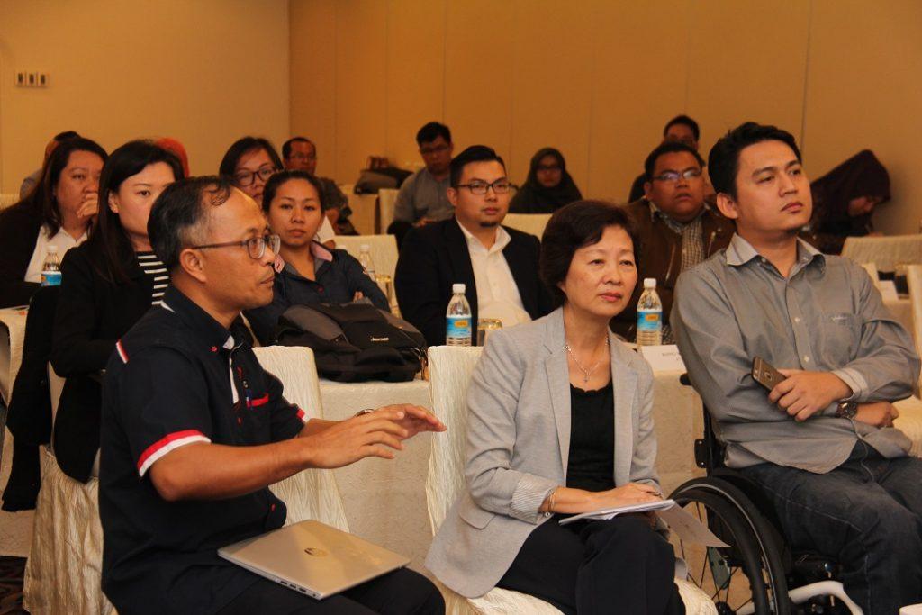 5. Encik Edwin Chandra, Perunding Media & Perunding Majlis Sukan Sarawak (kiri), Dr. Ling How Kee, Perunding Pembangunan Program dan Perkongsian, Sarawak (tengah) dan Encik Fariz Hj Abd Rani, Penceramah DET (Disability Equality Training) (kanan) merupakan
