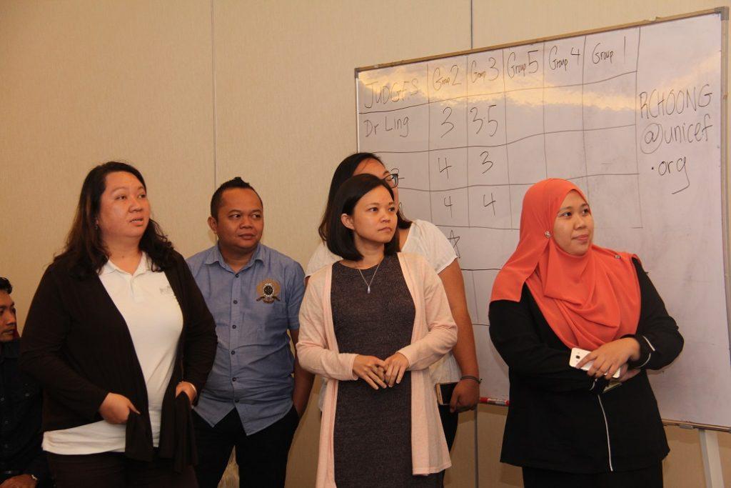 6. Salah satu kumpulan sedang membentangkan hasil tugasan kerja berkumpulan mereka setelah sesi menemuramah keluarga kurang upaya selesai.