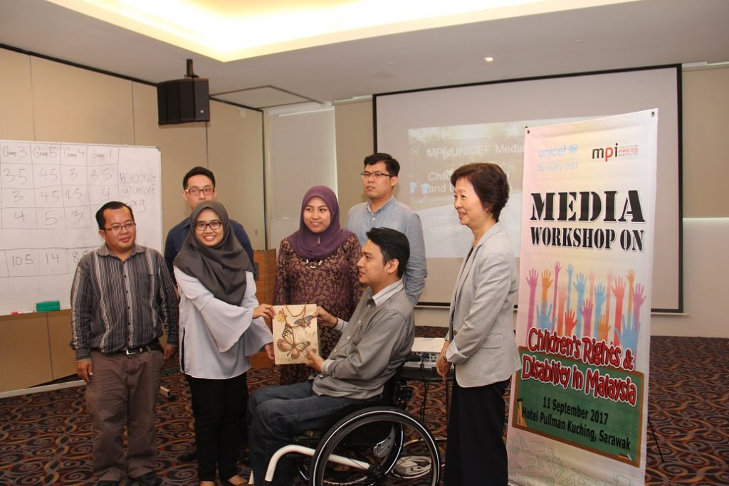7. Antara kumpulan yang berjaya menawan hati ahli panel bersama hadiah yang dimenangi yang disediakan oleh pihak penganjur.