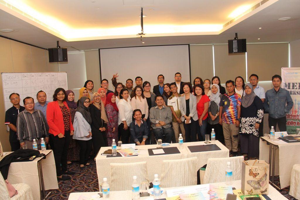 8. Para peserta kursus bergambar kumpulan bersama para penceramah diakhir sesi.