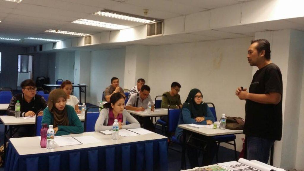 1. Penceramah bersama para peserta sesi pagi dengan tajuk Penulisan Rencana untuk Wartawan.