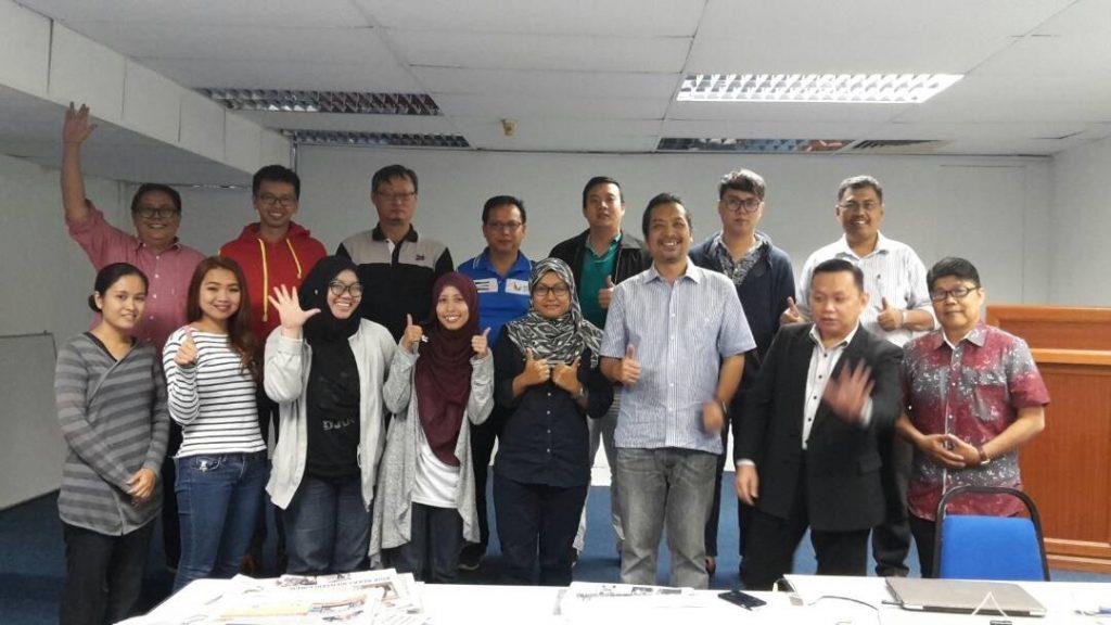 2. Para peserta sesi pagi terdiri daripada wartawan bergambar kenangan bersama penceramah diakhir kursus.