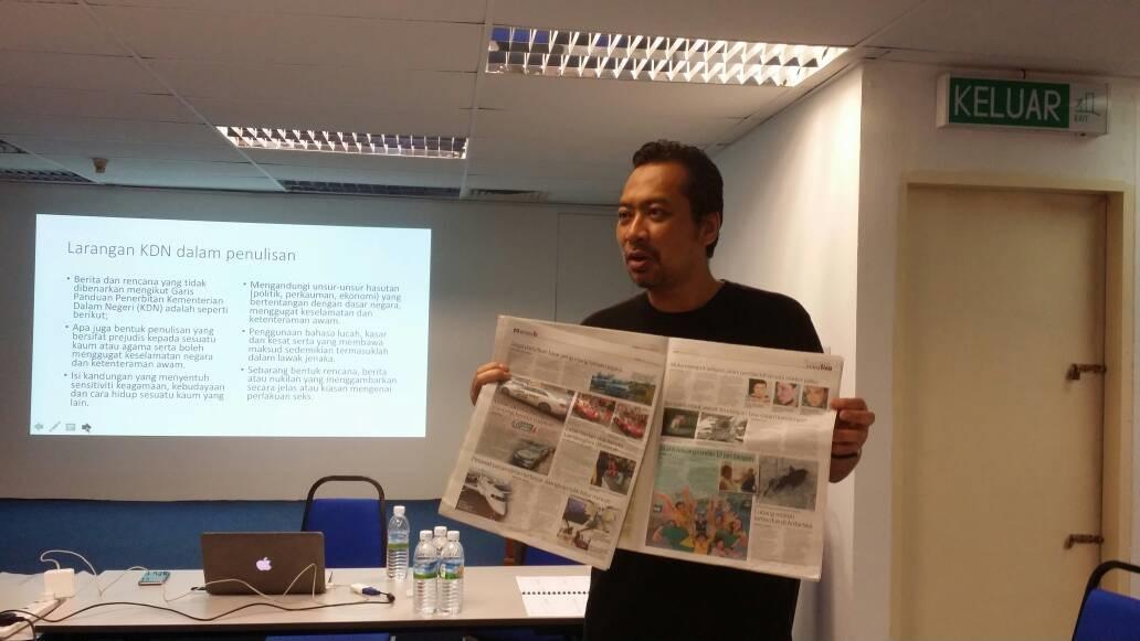 3. Penceramah menerangkan susun atur yang sesuai bagi sebuah akhbar dalam sesi petang bertajuk Reka Bentuk untuk Penyunting.